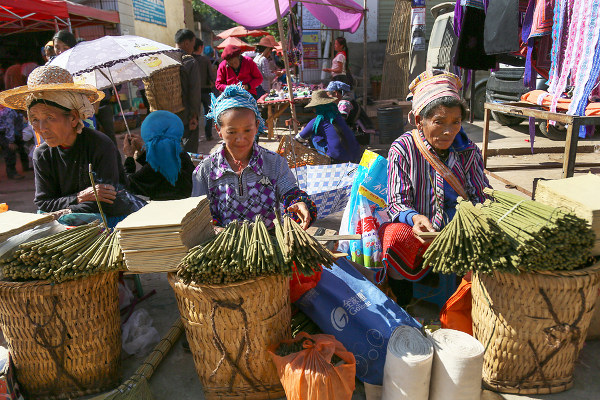 Chinese traders at a market in Lao Meng
